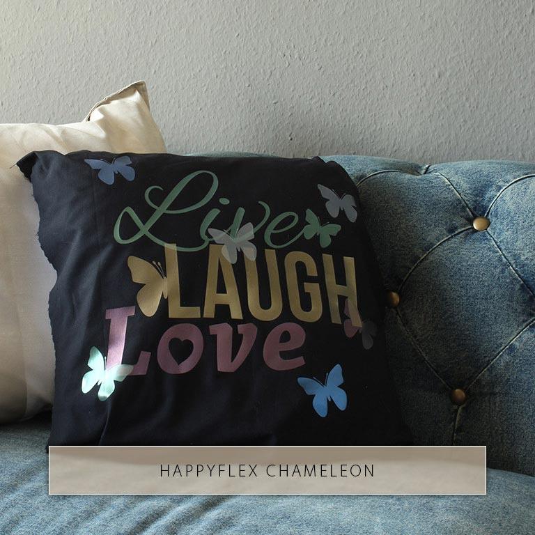 Live Laugh Love und Schmetterlinge mit metallischem Glanz aus verschiedenen Chamäleon-Bügelfolien auf schwarzem Kissen