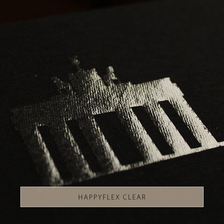 Silhouette des Brandenburger Tors mit HappyFlex Clear auf schwarzen Stoff gedruckt. Die Silhouette glänzt im Licht.
