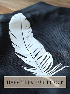 Eine weiße Feder aus HappyFlex Subliblock mit Sublimations-Stopp auf schwarzen Trikot-Stoff gedruckt.