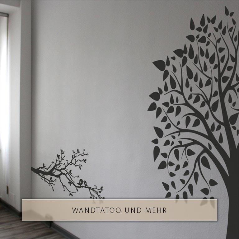 Großes Wandtattoo, das die dunkle Silhouette eines Baumes zeigt und mit der X5 Vinylfolie erstellt wurde.