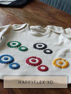 Zahnräder aus der Bügelfolie HappyFlex 3D stehen erhaben aus einem Kinder-Shirt heraus.