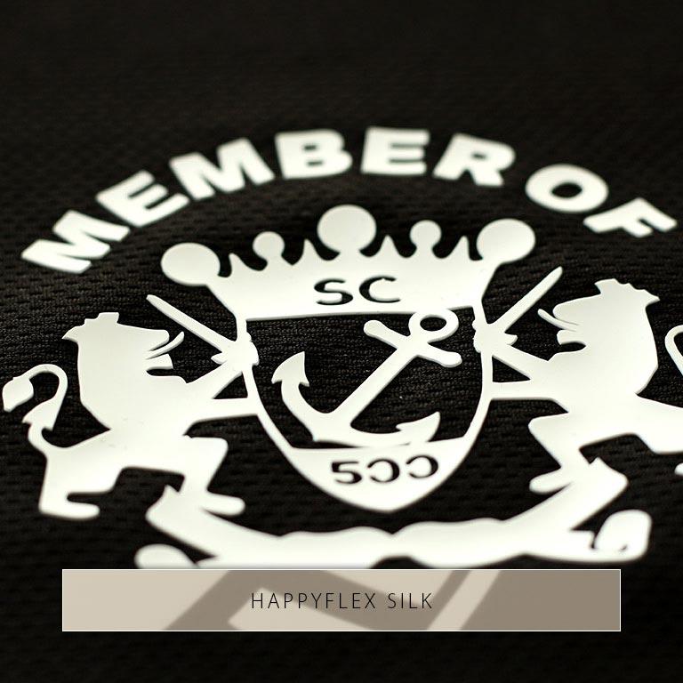 Wappen aus weißem HappyFlex Silk: Die Silikonfolie liegt dick auf dem Stoff.